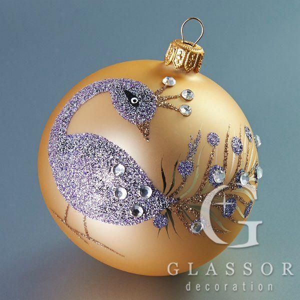 Skleněné vánoční ozdoby krémová koule s pávem dekor fialový a bronzový posyp, průhledné kamínky. Velikost 8 cm