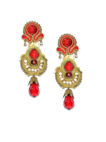 Complementos flamenco. Original pendiente de flamenca en tonos rojos y marfil. Combina piedras facetadas en tonos rojizos y lágrima roja con engarces y detalles en dorado.