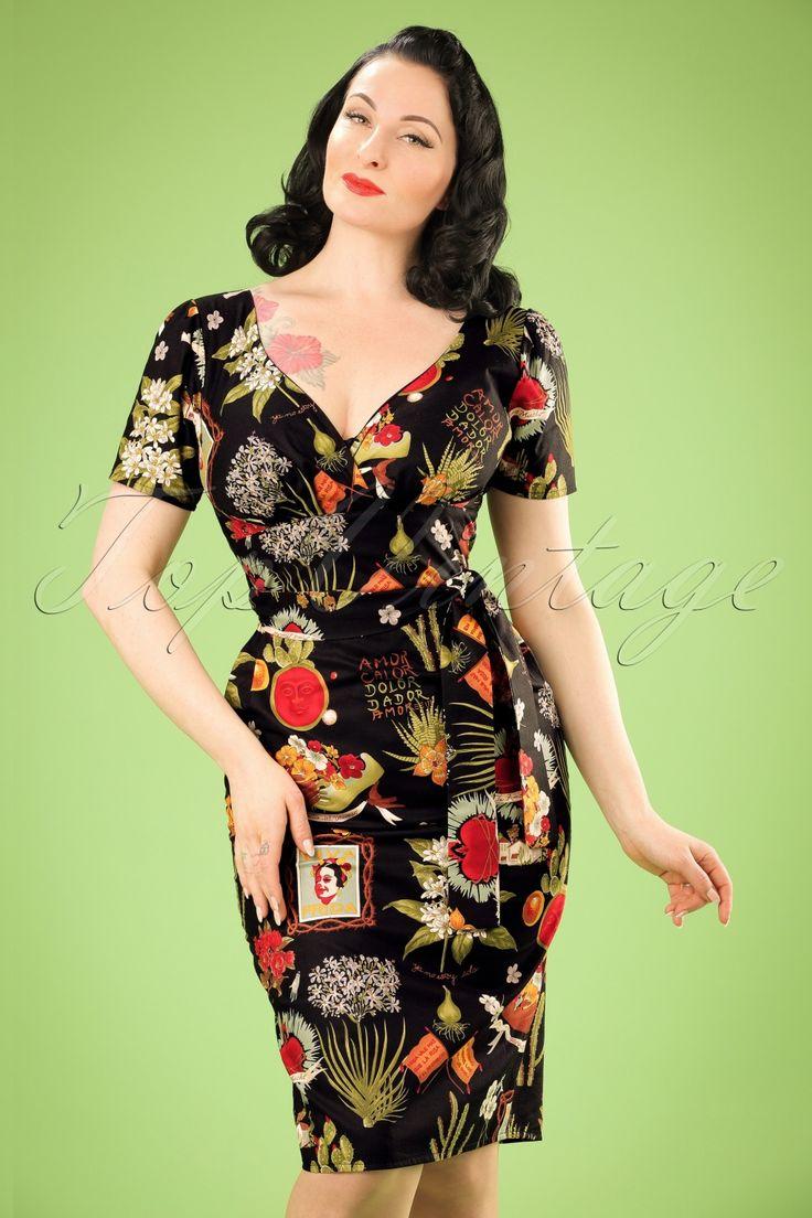 Go retro Mexicoin deze 60s Rita Viva Frida Dressdieexclusief bij TopVintage verkrijgbaar is!  Ti amo, j'adore, i love you... what's not to love about this dress?!Deze vintage geïnspireerde beauty heeft een prachtige V-halslijn met kleine overslag, geplooide cups en een strikband voor een typisch vrouwelijk vintage silhouet, oh la la. Uitgevoerd in zwart katoen (stretcht niet!) met een geweldig mooie Mexicaanse print van bloemen, kaktus...