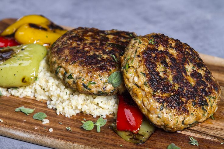 Chicken burgers with bulgur and sautéed vegetables. A quick and easy meal to make in just minutes. You can find the recipe at akispetretzikis.com