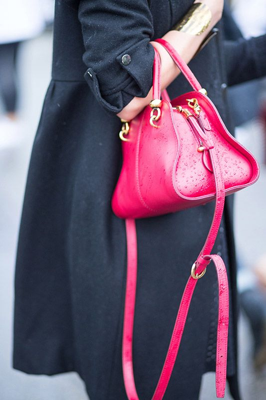 SS16 streetstyle details hot pink deep pink bag  black trench coat  gold bracelet