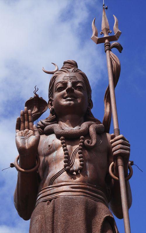 Estatua de Shiva en el lago sagrado hindú Ganga Talao, en Isla Mauricio. Consejos y recomendaciones de viaje en www.espressofiorentino.com Shiva statue in the hindu sacred lake Ganga Talao, in Mauritius. More travel tips in www.espressofiorentino.com #mauritius #india #shiva #statue #ganga #talao #sacred #sagrado #lago #lake #estatua #gigante #paradise