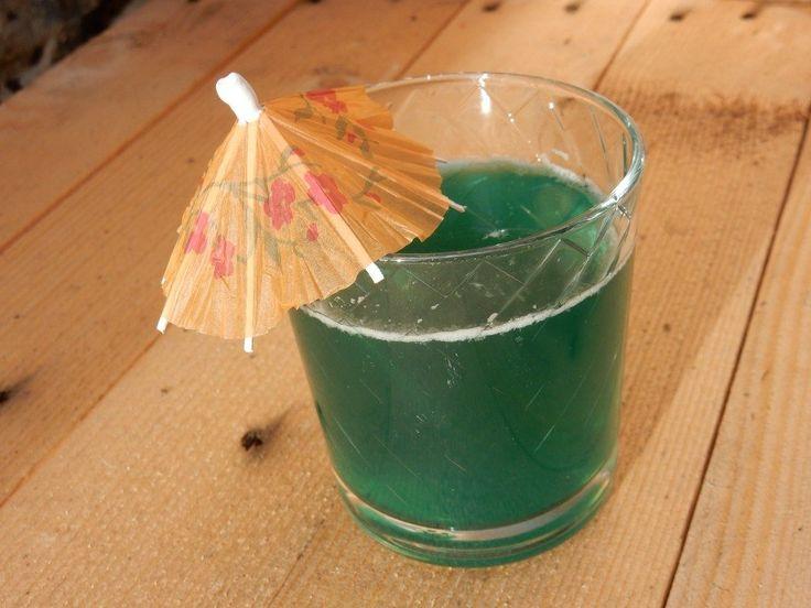Cocktail met ananassap, blue curaçao en malibu - www.chezbo.nl