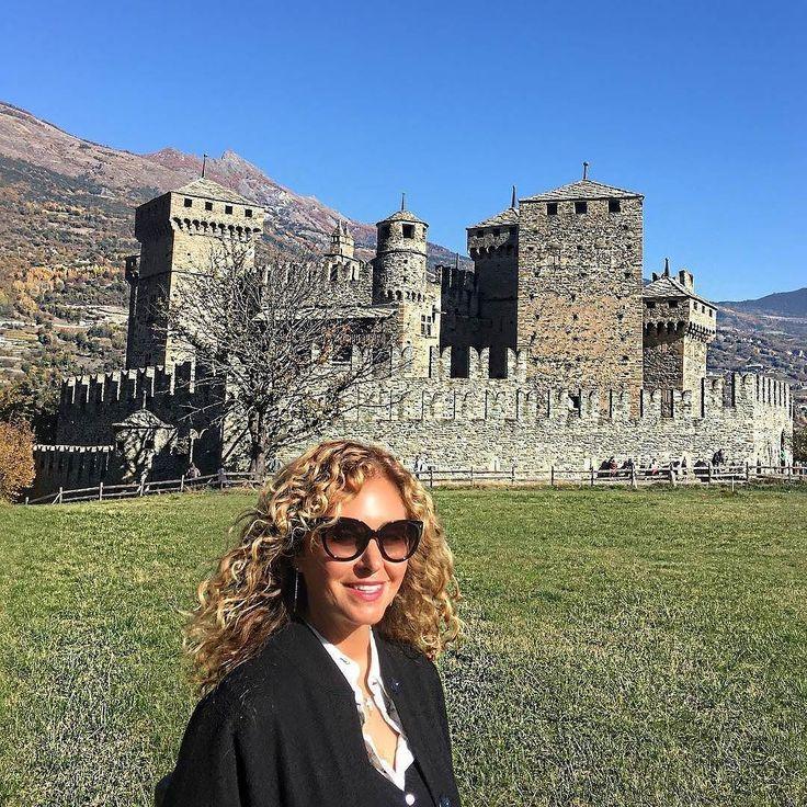 """Marina Di Guardo e il nostro splendido castello...A proposito crediamo valga la pena leggere il suo ultimo libro """"Com'è giusto che sia""""...Tratta un argomento molto importante #donne #noviolenzasulledonne #8marzo  @Regrann from @marinadiguardo -  Castello di Fénis #castle #castellodifenis #castellofenis #italia #italy #thetravelpassion #marinadiguardo #valdaosta - #regrann"""