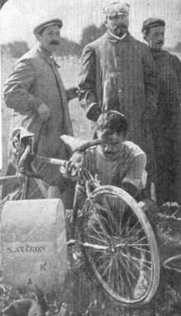 Tour de France 1908. Gustave Garrigou (1884-1963) alle prese con la riparazione della propria bicicletta