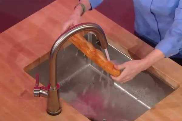 , alınan ekmek bayatlamadan bitmez. Akla gelen ilk seçenek ekmeği kızartarak tüketmek, ama ekmeği yeni alınmış gibi, taze taze tüketmek istiyorsanız bu yöntemi mutlaka denemelisiniz! İlk önce, ekmeğin ön ve arka tarafını akan sudan hızlıca geçirin. Sonra ıslanan ekmeği aluminyum folyoya sıkıca sarın. Folyoya sardığınız ekmeği önceden ısıtılmamış, soğuk fırına koyun ve fırını 150 dereceye ayarlayın. 12 – 15 dakika sonra ekmeği çıkarın, ekmeğin ilk günkü tazeliğinde olduğunu göreceksiniz.