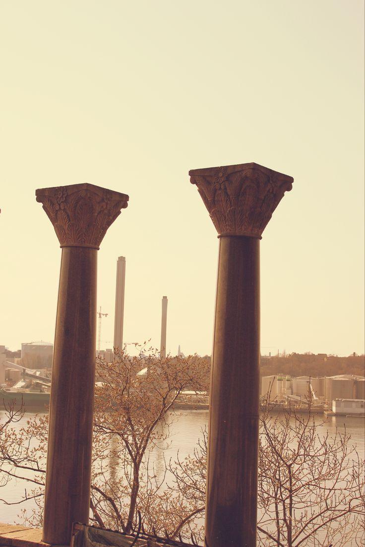 Contrastes, columnas antiguas y columnas modernas.