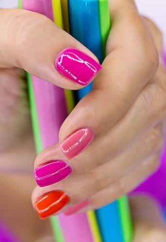 Unghii in culori pastelate.  Daca ai acasa mai multe oje din aceeasi paleta de culori iti poti face unghiile combinand aceste nuante. Poti obtine un rezultat frumos la fel ca cel prezentat de noi. Trebuie doar sa alegi cu grija culorile. (pastel manicure)