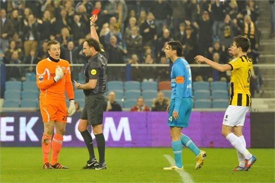 Doelman Pasveer krijgt de rode kaart na het neerhalen van een tegenstander. Met een man minder en een achterstand tegen Vitesse was Heracles Almelo niet bij macht om nog iets terug te doen: 2-0. 16-03-2012