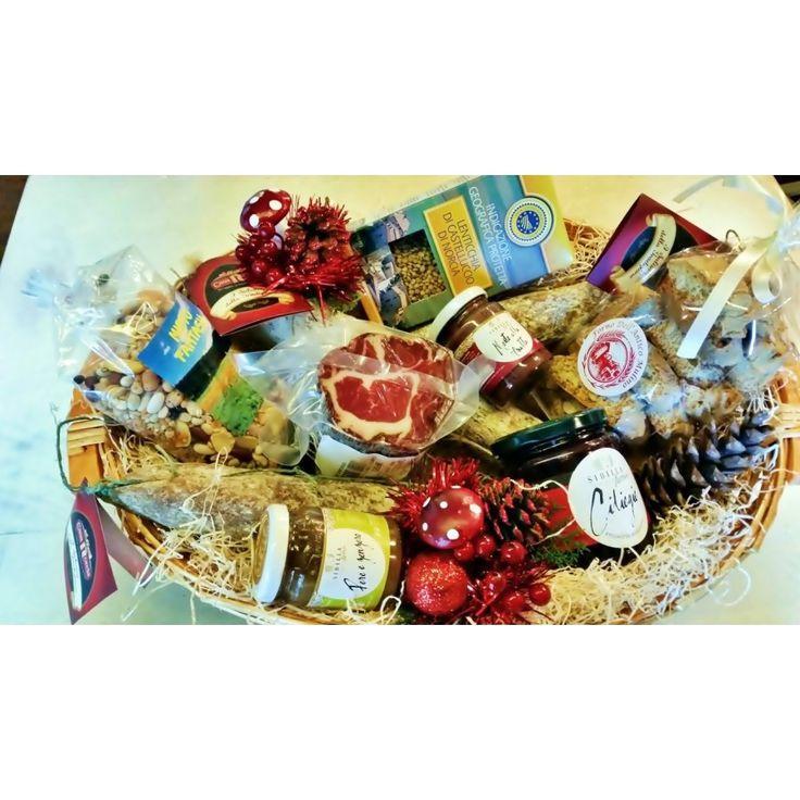 La Strenna Primizie di Casa Norcia è un insieme di Tipicità Umbre: tre tipi di salami ( al tartufo, nursino e al cinghiale ), la Fagiolina del Lago, il trancetto di capocollo, le zuppe miste, la confettura Bio, le zuppe miste, i legumi misti lessati ed i Cantucci.