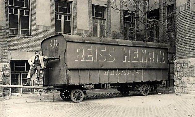 Az első magyar rádióstúdiót egy bútorszállító kocsiban rendezték be, innen indult a magyar rádiózás története.