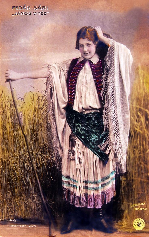 5. A képen Fedák Sári színésznőt látod, aki 1904-ben, Budapesten János vitéz szerepét játszta el. Mit gondolsz, egy színésznő is ugyanolyan jól meg tudja ragadni ezt a szerepet, vagy csak férfi képes erre? Válaszodat indokold!