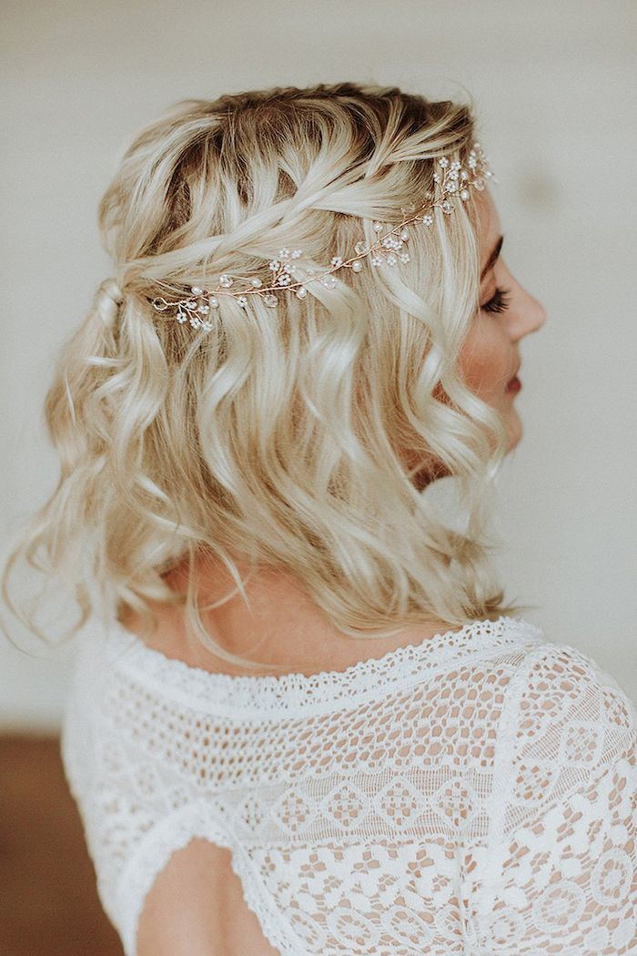 kleines Perlenstirnband, kurzes welliges blondes Haar, weißes Spitzenkleid, Hochzeitsfrisur …   – Wedding