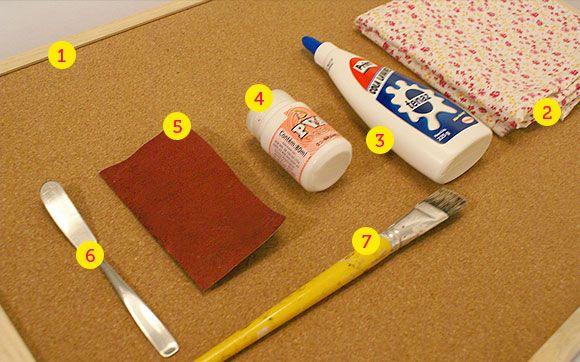 Mural de Tecido 1 - Você vai precisar de: 1. Um painel de cortiça; 2. Um pedaço de tecido de algodão estampado do mesmo tamanho do painel; 3. Cola branca; 4. Tinta branca fosca para artesanato; 5. Lixa fina 320 ; 6. Uma espátula ou uma faca sem ponta; 7. Um pincel largo.