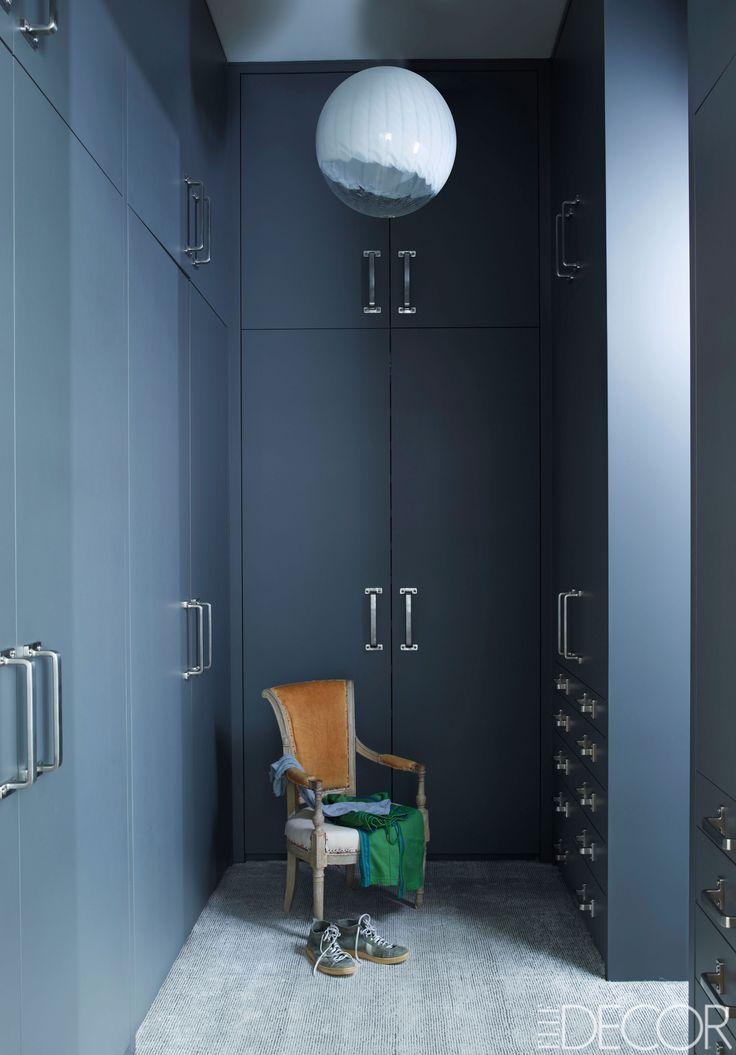 tidy walk-in closet with blue closets.dressing room, wardrobe. cabina armadio spogliatoio lineare con armadi blu #dressingoom