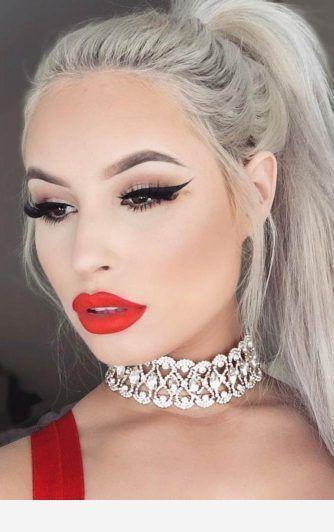 Weiße Haarfarbe und rote Details