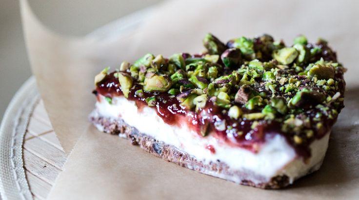 Óévi búcsú sajttortával: Fehércsokoládés torta limoncellos erdei gyümölcs mázzal, pisztáciával - Receptek | Ízes Élet - Gasztronómia a mindennapokra
