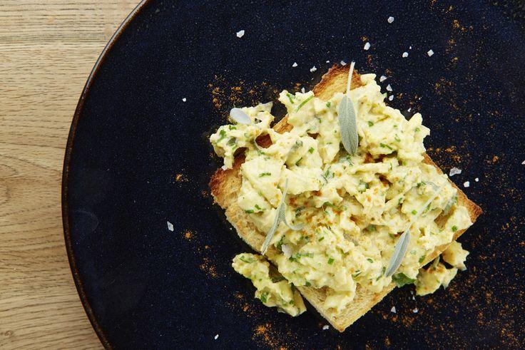 Een overheerlijke roereieren met mosterd, groene kruiden en kaas, die maak je met dit recept. Smakelijk!