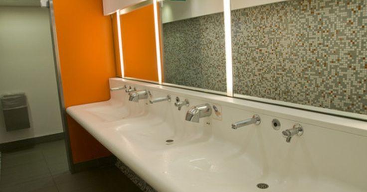 ¿Deben las tiendas tener baños públicos?. Mientras que los baños son necesarios en la mayoría de los establecimientos que sirven comida por ley, no todas las tiendas al por menor están obligadas a proporcionar los baños para los clientes. Los requisitos de baños en tiendas están basados en pies cuadrados, ocupación, locales y las leyes estatales.