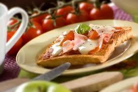 Kahvaltı için nefis ve pratik bir tarif, ekmek dilimli pizza tarifi burada..