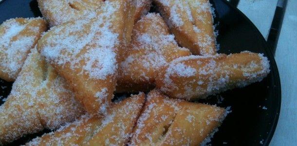 FRAPPES CORSES - Ce sont les cousines des bugnes ou des oreillettes - Attention, c'est terriblement bon ! (500 g de farine, 80 g de sucre, 100 g de beurre ramolli, 2 oeufs, 1/2 verre de lait (12 cl), 1/2 sachet de levure, pincée de sel, zeste d'orange)