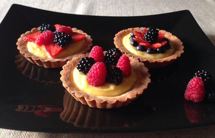Tartelette con crema chantilly italiana e frutta fresca