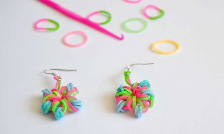 Les rainbow loom ce n'est pas simplement des bracelets ! Voici le tuto pour faire des fleurs et des boucles d'oreilles en élastiques sans machine !