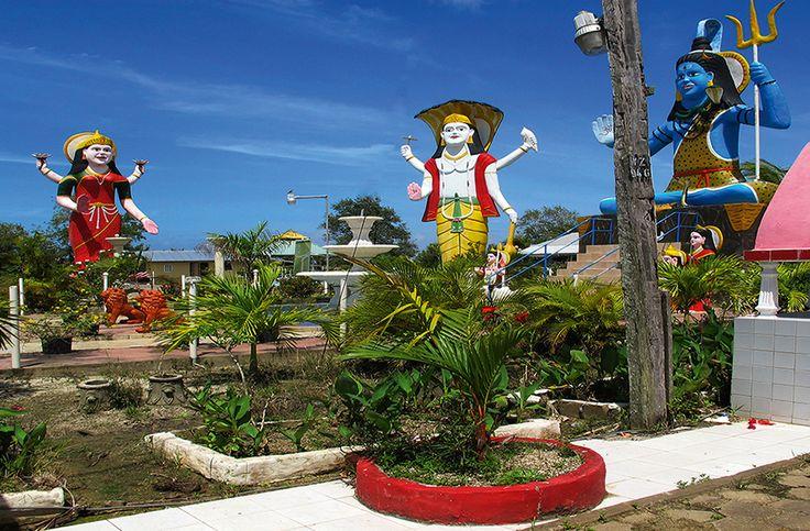 Suriname. Tuinen met Hindoe Goden (kalender OKT)