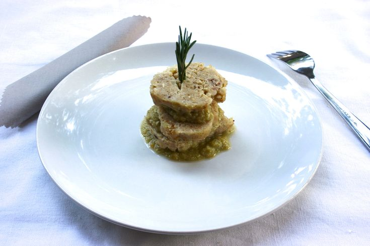 Il polpettone con speck Bimby è un polpettone di carne bianca, a base di petto di pollo, arricchito con speck, patate e parmigiano. Con la salsa di verdure