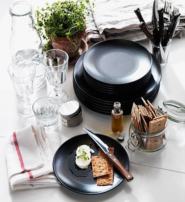 Zwart servies op de eettafel   Interieur design by nicole & fleur