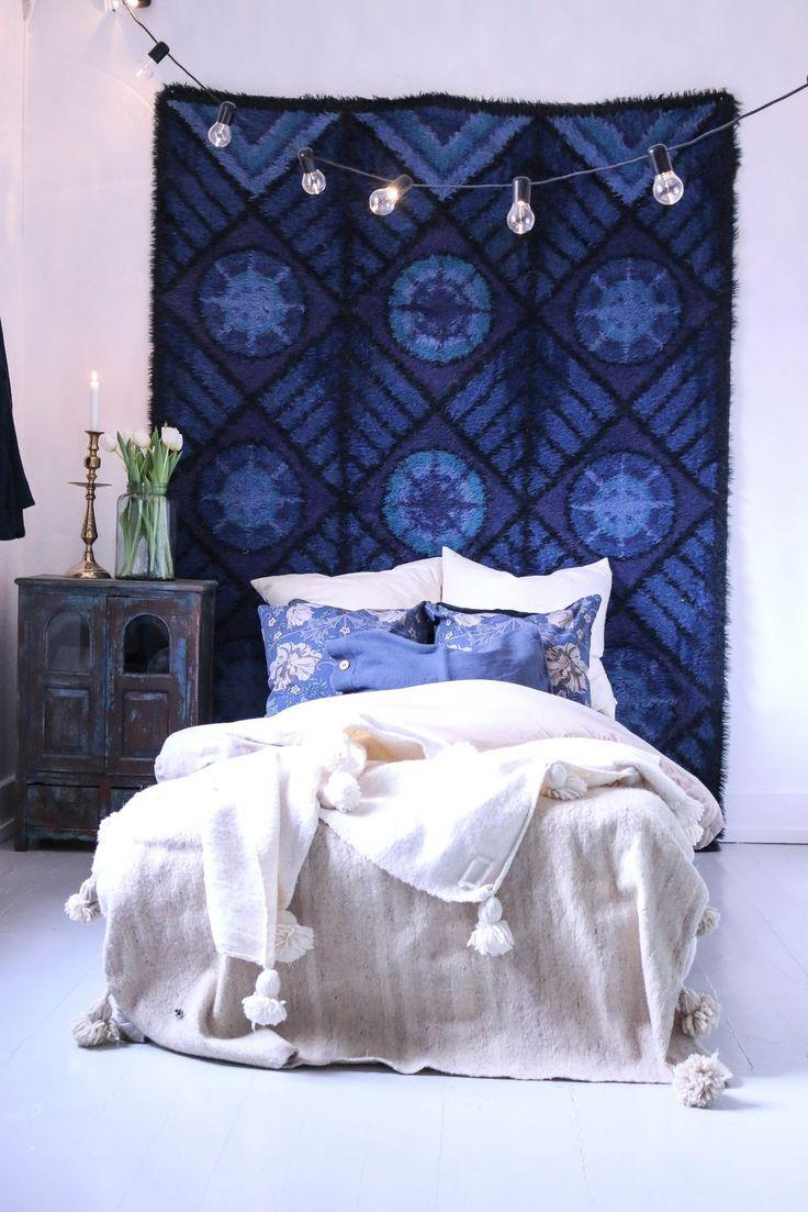 Bohemiskt sovrum, blå retro rya matta på väggen och indiskt skåp som sängbord. I sängen finns det mönstrade kuddar och golvet är gråmålat plankgolv.   www.usoinredare.blogg.se Instagram: @simonolsson.officiell