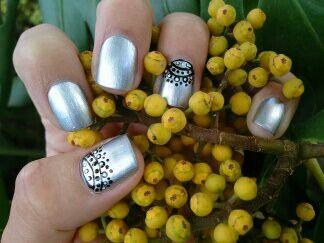 Manicure, con diseño a mano alzada de encaje con color negro y blanco y base un color plata metalizado!