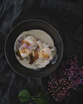Think organic - Rabarberglass med saltkolasås och syrénblommor