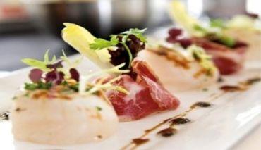 Coquilles  Een elegant voorgerecht. Coquilles met krokante Parmaham, baby asperges en boter/honing saus.