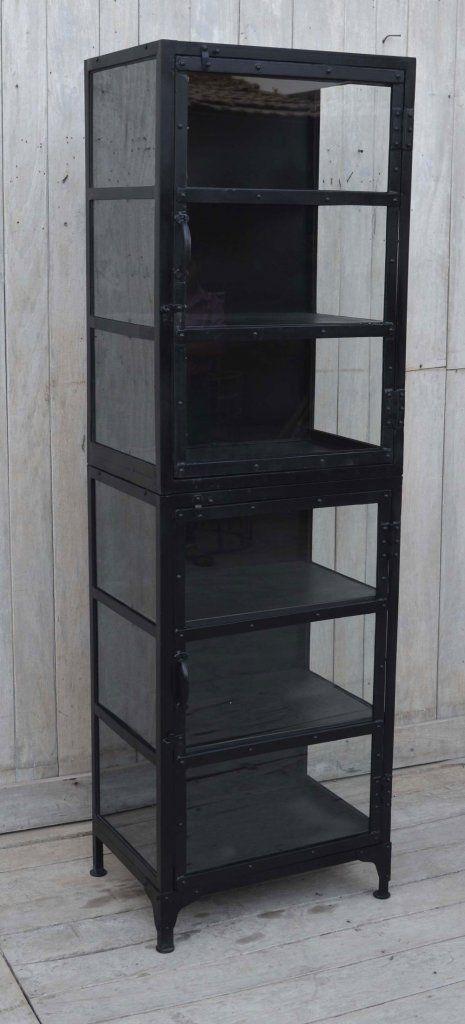 Urläckert vitrinskåp i metall- svart finish. Glas även på sidorna och metall på insidan. Mycket gediget. Längd/Djup/Höjd: 50/35/180 cm Hyllornas höjd, ca 27 cm