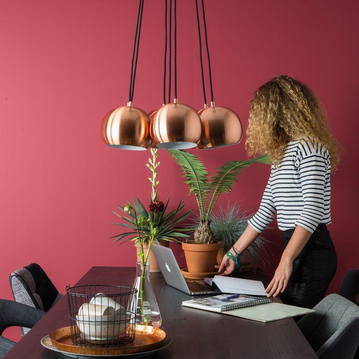 De Zuiver Multishine Copper Hanglamp bestaat uit zeven bolvormige, metalen lampenkapjes. Het is net een bos bloemen, maar dan aan het plafond! De koperkleur en het zwarte koord combineren mooi met een witte achtergrond en andere koperen accessoires.