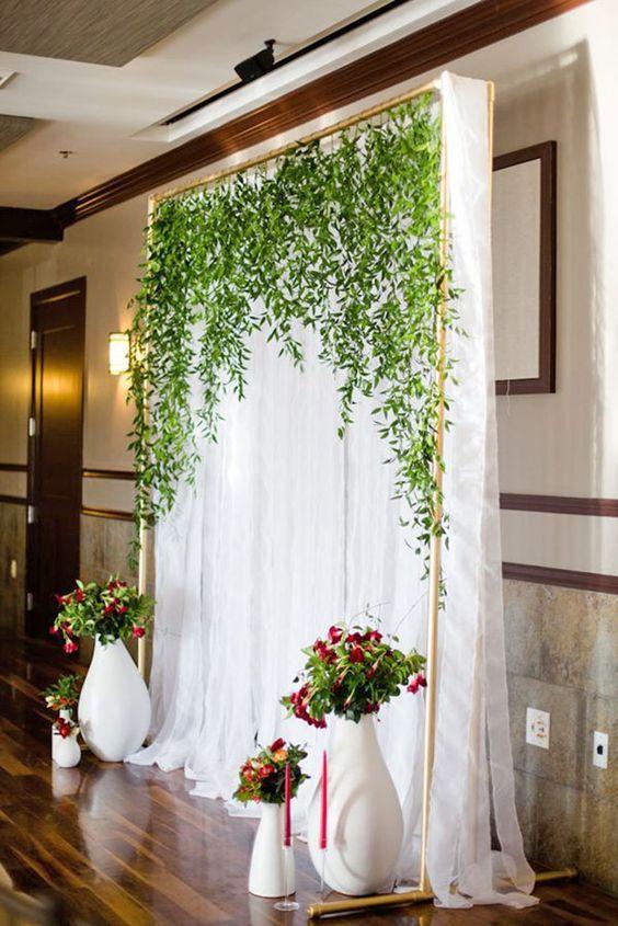 Esta cortina cubriendo el altar luce fantástica y es fácil de hacer.