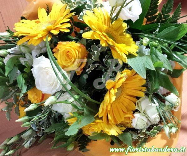 Bouquet di fiori misti in tonalità Giallo e bianco con verdi di complemento
