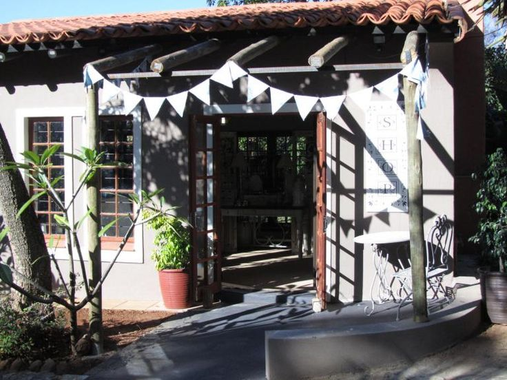 In the leafy suburb of Poortview/Ruimsig on the western side of Johannesburg, Mulberry Lane Decor and is run by Trudie