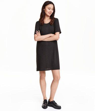 Kurzes Kleid aus weichem Jersey. Modell mit kurzem Arm und seitlichen Schlitzen am Saum.