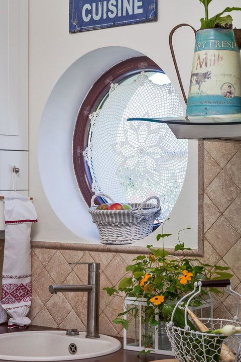 W domu Magdy dominuje biel i stare odnowione meble - Dom