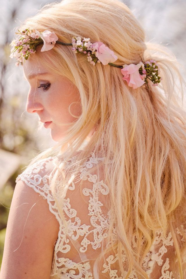 #inspiratie #bruidskapsel #bloemenkrans #los #haar #bruid #kapsel #bruiloft #trouwdag #huwelijk #wedding #hairstyle #hair #hairdo #hairstyles #inspiration #ideas | Photography: Sanne Popijus Fotografie | Hair: Masquerade's Bride's and Beauty | ThePerfectWedding.nl