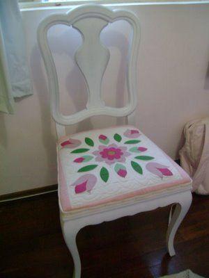 Cadeira restaurada para o quarto das netas. O assento fiz com um edredom já desgastado pelo tempo (foi das filhas, vinte anos de uso)