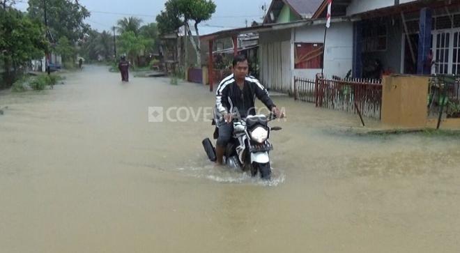 Covesia.com - Banjir bandang yang diakibatkan meluapnya Sungai Cidolog, Kecamatan  Cidolog, Kabupaten Sukabumi, Jawa Barat merendam puluhan rumah di empat...