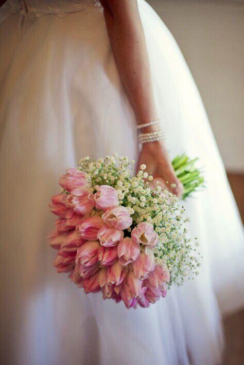 #HLo-Tips: Bouquet de tulipanes híbridos con gypsophilia para ramo de novia en el día y temporada primavera - verano.