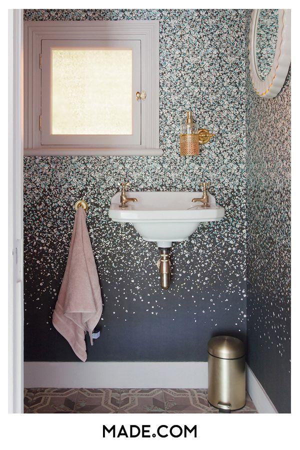Tapete in der unteren Toilette – das ist eine Sache. Für die Musterscheuen wird durch das Tapezieren eines kleinen Bereichs eine mutige Aussage auf die richtige Art und Weise erzeugt. Vergessen Sie nicht den letzten Schliff: Metallische Details und ein weiches rosa Handtuch   – Ria carter