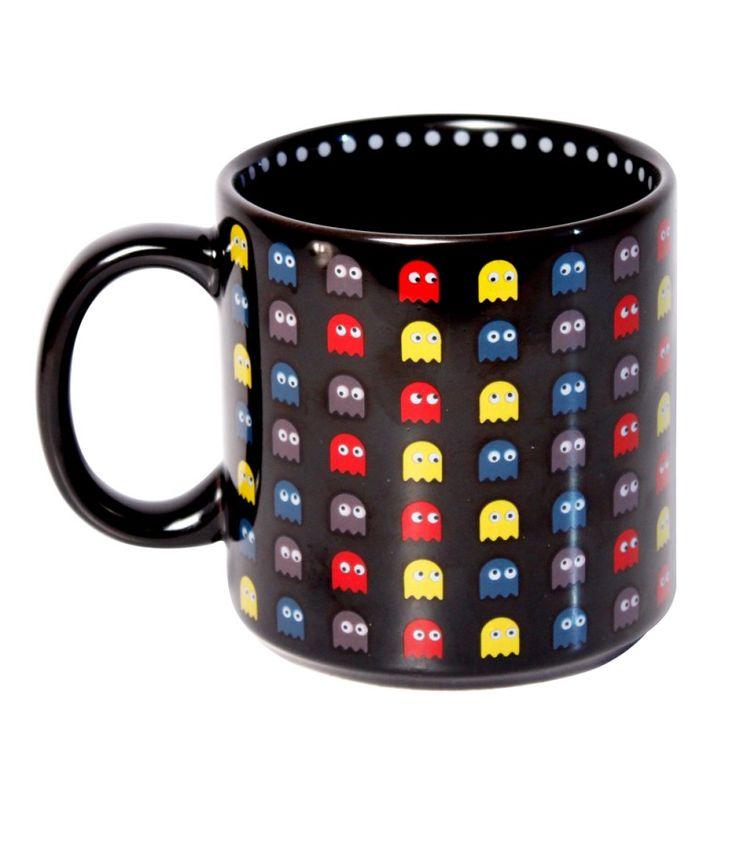Caneca super legal e divertida para quem adora games, em especial o PacMan. Além de decorada por fora, a caneca tem também sua parede e fundo internos decorados. Simula uma partida do jogo enquanto você aprecia o seu café, chá, etc. Produzida em cerâmica com decoração de alta temperatura, é resistente ao uso em forno micro-ondas e máquina de lavar louças.