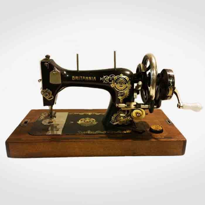 Máquina de coser vintage Britannia Mobiliario y objetos antiguos y de segunda mano para escaparatismo y decoración de interiores comerciales.  Buscoescaparate.com
