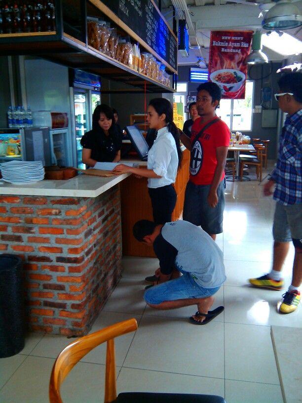 Eps 6 scene 38 Keke: kemeja ZARA putih, jeans hitam, sepatu kats hijau League