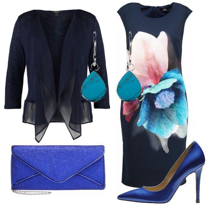 Sembrano dipinti ad acquerello i fiori color pastello che campeggiano nel tubino blu, accompagnato da una cardigan con manica 3/4 della stessa tonalità. Completano l'outfit le scarpe décolleté con tacco alto e la pochette blue royal e un paio di orecchini con gocce di turchese.
